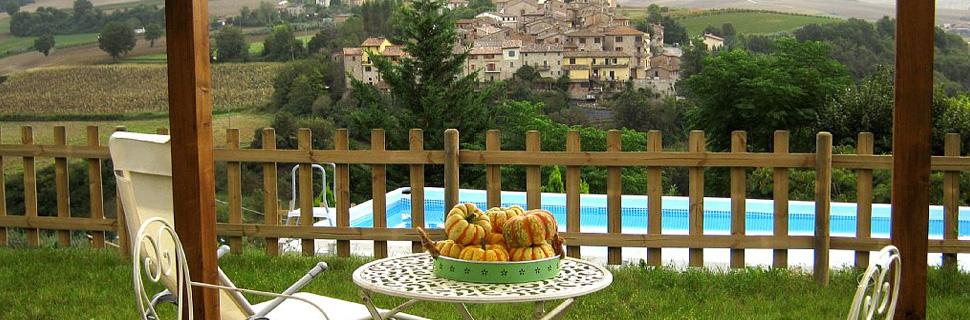 Veduta del paese di Morcella a Marsciano, vicino Perugia dal gazebo piscina