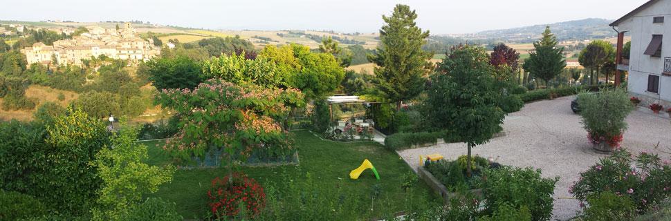 Veduta del paese giardino esterno e del borgo di Morcella a Marsciano, vicino Perugia